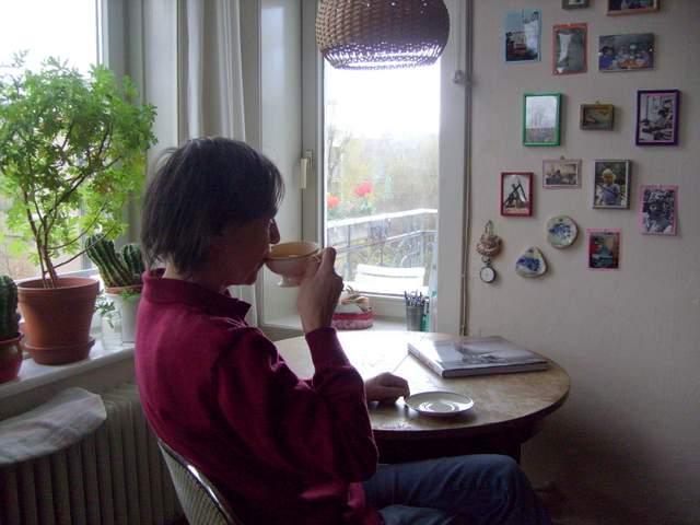 Birgit Rabisch in ihrer Lieblingsecke, abwartend und Tee trinkend