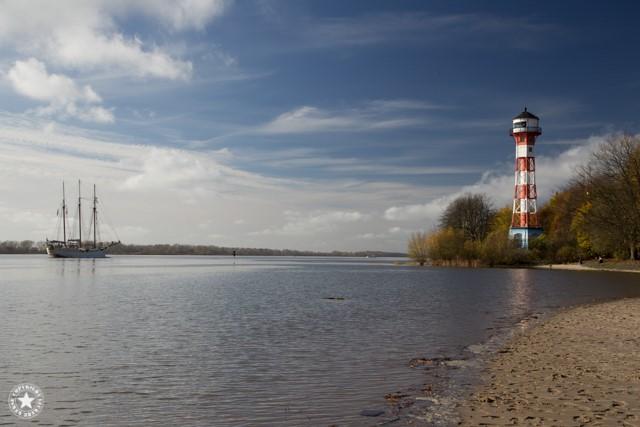 Elbe im herbst mit Leuchtturm