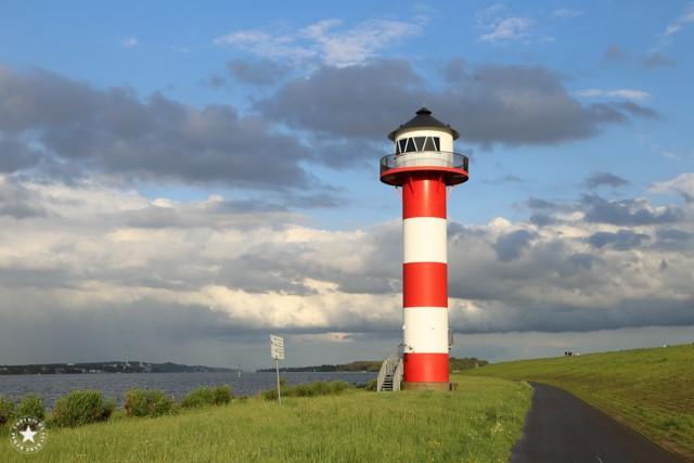 Elbe im Sommer mit Leuchtturm