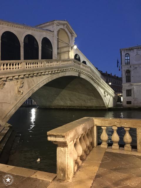 Rialto-Brücke in Venedig am frühen Morgen