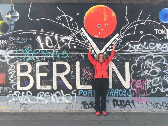 Die East Side Gallery ist eine künstlerische Auseinandersetzung mit der Mauer in Berlin