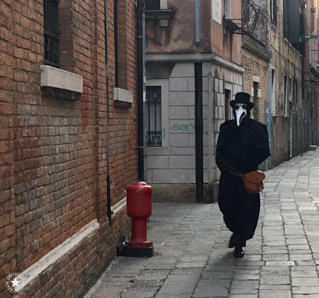 Dunkle Gestalten in den Gassen Venedigs