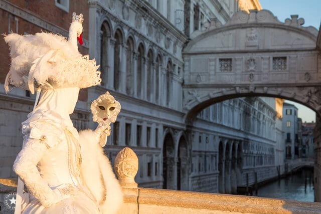 Karneval in Venedig an der Seufzerbrücke