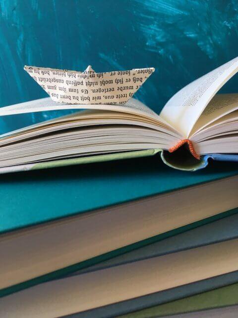 Paperboat auf Büchern
