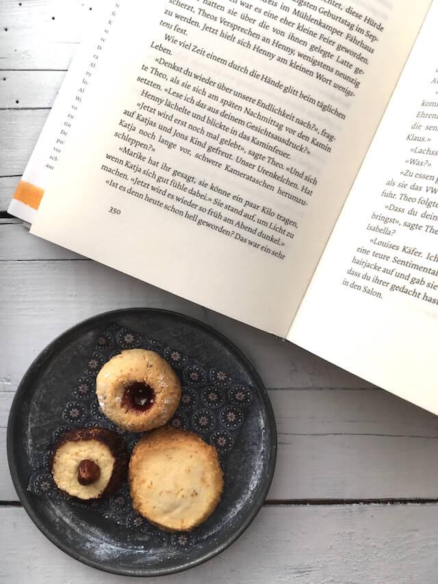 Buch und Kekse