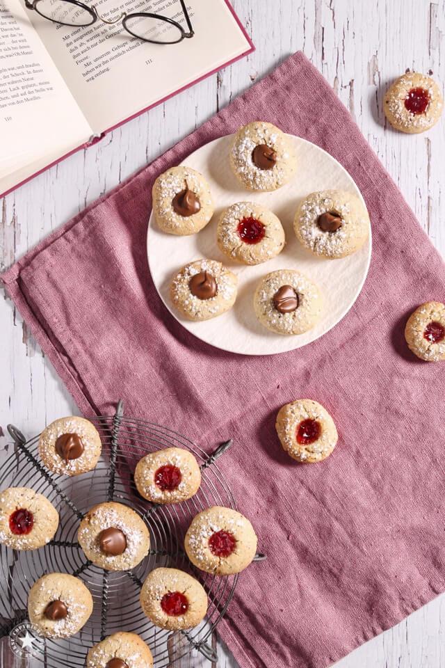 Kekse mit Marmelade und Nougat