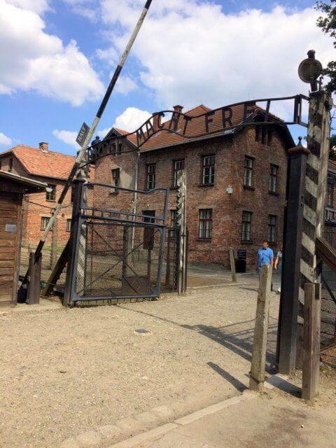 Rezension Monster von Yishai Sarid, Tor Auschwitz