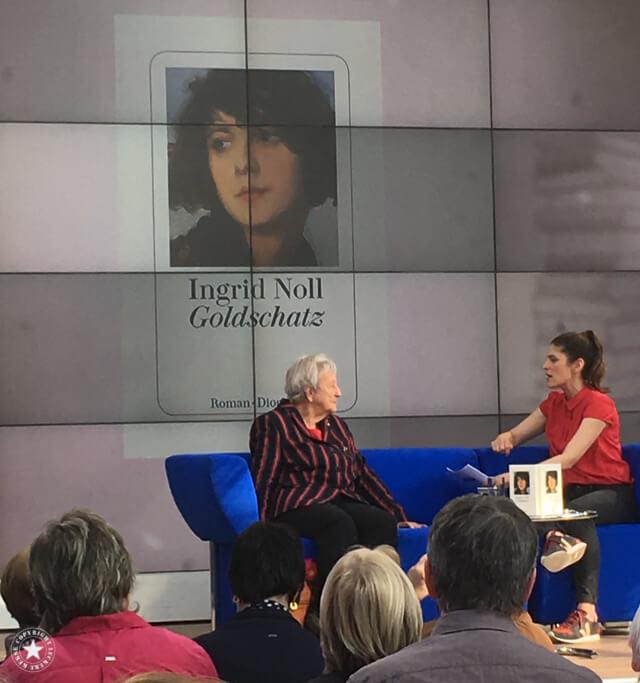 Ingrid Noll auf dem blauen Sofa