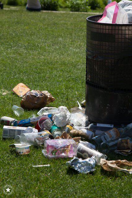 Mülleimer mit Plastikmüll in Hamburg