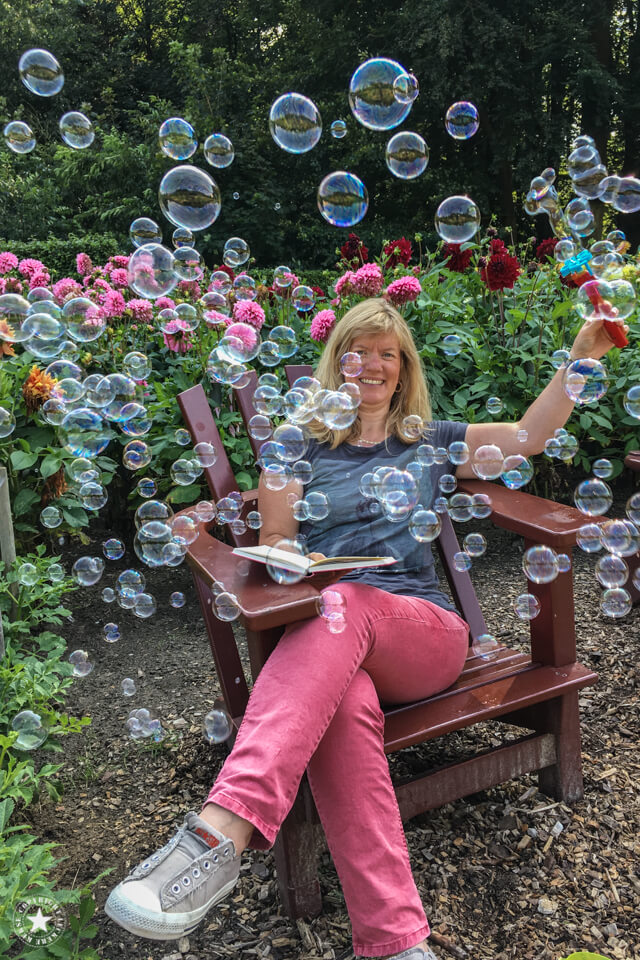 Seifenblasen im Dahliengarten