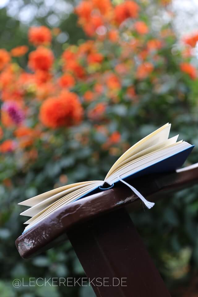 Buch mit Dahlien
