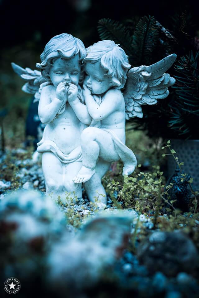 kichernde Engel