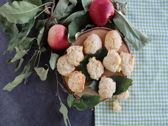Apfelkekse mit Äpfeln und Apfelblättern