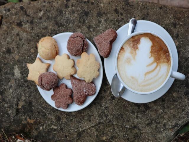 Biscottini und ein Cappuccino